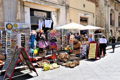 魅惑のシチリア×プーリア♪ Vol.412 ☆ノート:大聖堂へお土産を買いながら歩く♪