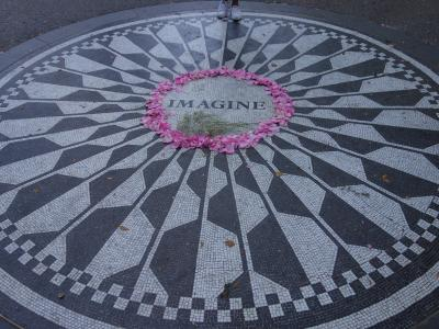 NYCを歩く。(4.12) John Lennon を忍ぶ。Strawberry Fields と Dakota House。