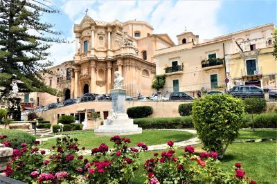 魅惑のシチリア×プーリア♪ Vol.418 ☆ノート:バラが咲き乱れる美しい広場とバロック教会♪