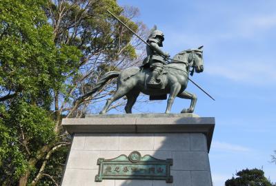 2018春、四国の百名城巡り(11/42):3月26日(1):高知城(1):山の桜、トサミズキ、山内一豊騎馬像
