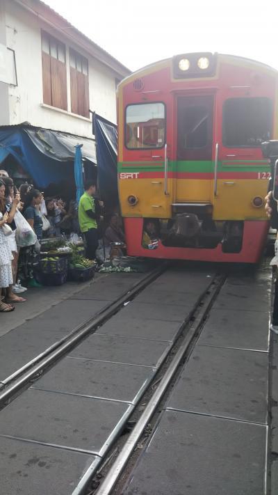 2019年9月 初バンコク2泊5日の旅その3 メークロン線路市場とダムヌンサドアク水上マーケットを散策