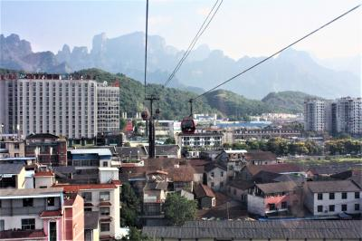 武漢から長沙経由で張家界へ 天門山観光・前編 ロープウェイが住宅街の上を行く