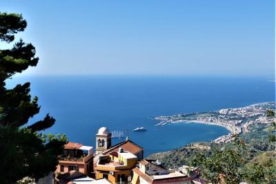 魅惑のシチリア×プーリア♪ Vol.522 ☆美しき村カステルモーラ:古城跡から青いイオニア海♪