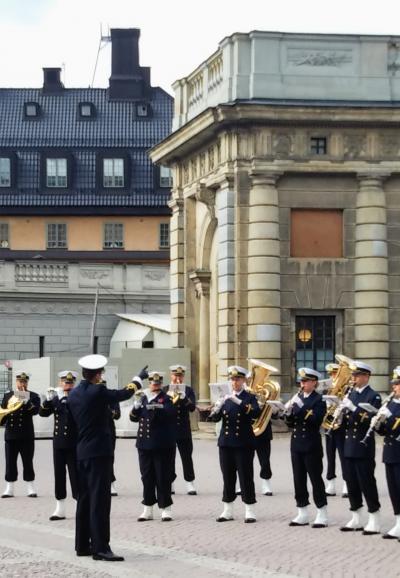 2019年9月母と娘の北欧旅行     ストックホルム王宮の衛兵交代はプチコンサート