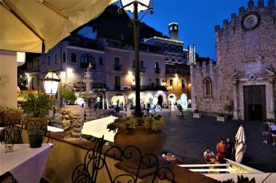 魅惑のシチリア×プーリア♪ Vol.561 ☆タオルミーナ:大聖堂を眺めながら優雅なディナー♪