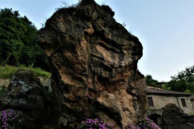魅惑のシチリア×プーリア♪ Vol.590 ☆ノチェーラ・テリネーゼ:アグーリトゥーリスモの庭園 巨大な岩と滝の風景♪