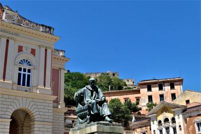 魅惑のシチリア×プーリア♪ Vol.602 ☆コゼンツァ旧市街:美しい広場から古城を見上げて♪