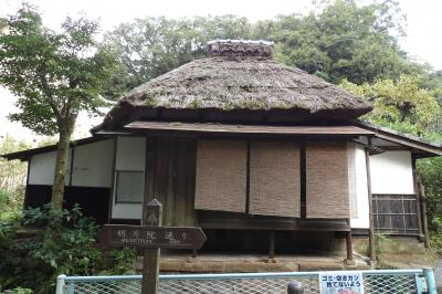 北鎌倉明月院前の萱葺き屋根の建物は茶室?