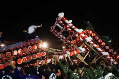 飯坂温泉のけんか祭り(八幡神社例大祭)~昼の巡行を終えると夜の部宮入りのぶつかり合いが祭りの華。屋台が大きくのけ反って互いの健闘を称えます~