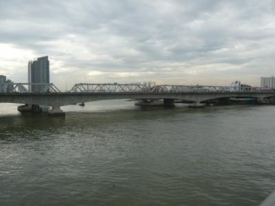 チャオプラヤー川を渡るための橋梁や水上ボートを見てきました。