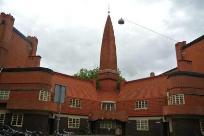 オランダ アムステルダム 「煉瓦」がキーワードのアムステルダム派の建物を見学しました。