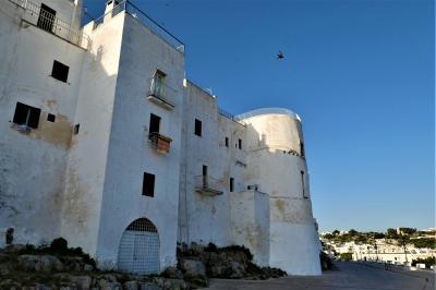 魅惑のシチリア×プーリア♪ Vol.663 ☆オストゥーニ城壁の朝散歩:輝き始める白いラピュタ♪