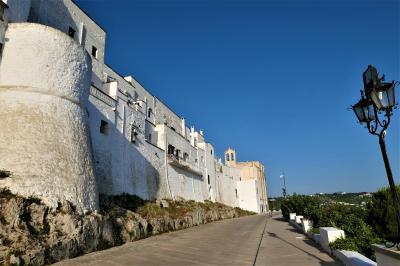魅惑のシチリア×プーリア♪ Vol.664 ☆オストゥーニ城壁の朝散歩:朝日を浴びる白いラピュタ♪