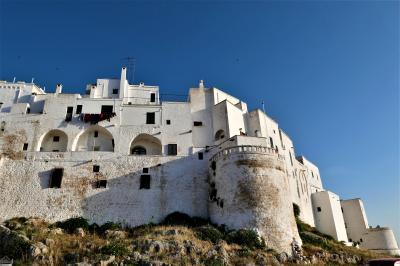 魅惑のシチリア×プーリア♪ Vol.666 ☆オストゥーニ城壁の朝散歩:お城のような美しい白いラピュタ♪