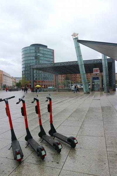 ベルリン day4-2  雨のポツダマープラッツとかつての壁