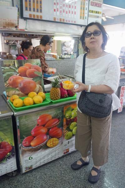 トラピックスの「WE LOVE 台湾大周遊5日間」(5)高雄の寿山公園で高雄港を望み、恒春半島の海岸線から太麻里へ至り、名産の釈迦頭を買う。