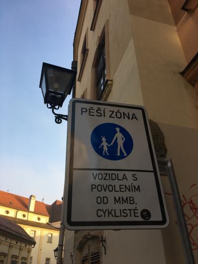 【現地速報】チェコ出張 (その13)  ブルノ  標識の女の子のリボン見えますかねぇ?