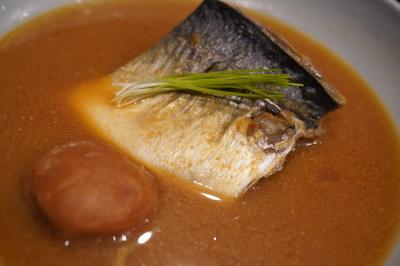 20191019-1 豊洲 高はしさん、自家製いくら醤油漬け、ぶりとかひらめとか、時鮭塩焼、さば味噌、刀根柿