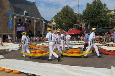 オランダ・猛暑のアルクマールチーズ市