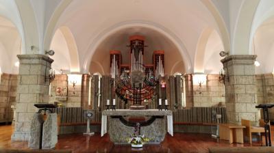 日本最古の石仏「大谷観音」と大谷石が使われた双塔の松が峰教会