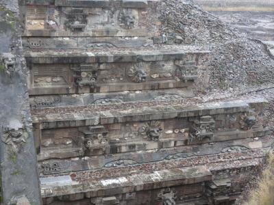 メキシコ テオティワカン ケツァルコアトルの神殿(Templo de Quetzalcoatl, Teotihuacan, Mexico)