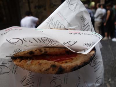 ナポリのランチは,もちろん,ナポリ・ピザ。ダ・ミケーレまで歩いていったのですが。。。。