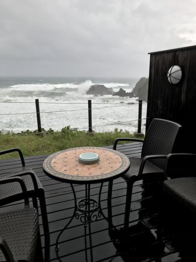 かなり大きくて分厚い夕食の黒アワビに大満足!ただ、台風の影響で、美しい日本海の絶景は見られなかった。