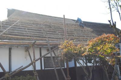 茅葺屋根の仕上げは、特殊なハサミでカットします。