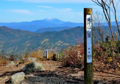 展望と紅葉の見行山(905m)