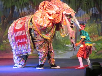 ミャンマー 「行った所・見た所」 ヤンゴンのガンドージー湖のカラウェイパレスで夕食と民族舞踊鑑賞