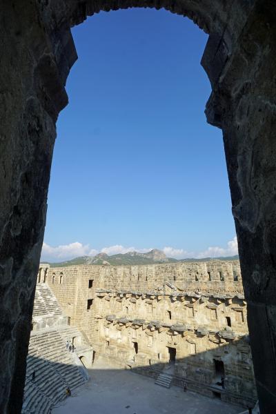 トラピックス「トルコ大周遊15日間」(18)トロス山脈を越えてアスペンドス遺跡に至り、アンタルヤのリゾートホテルで久し振りにくつろぐ。