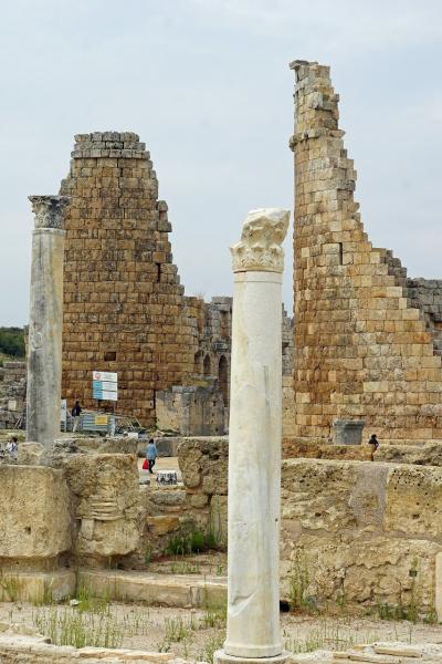 トラピックス「トルコ大周遊15日間」(20)アンタルヤ考古学博物館へ行く前にペルゲを見学し、17年前に遺跡を歩いたフランス人女性を思い出す。