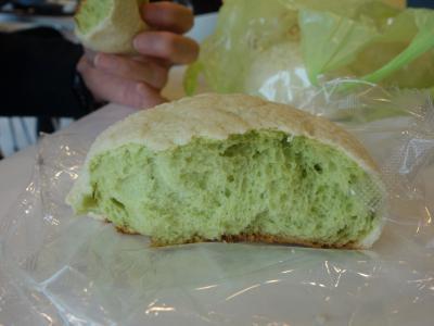 東名高速をひとっ走り。海老名SAでメロンパンを買いました。