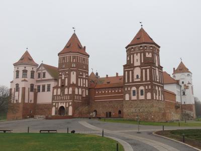 ミンスクから日帰り 路線バスで行くニャースヴィシュ城とミール城