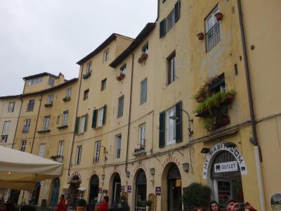 ローマの競技場跡。Piazza Anfiteatro. 広場を取り巻く建物群がおもしろい。