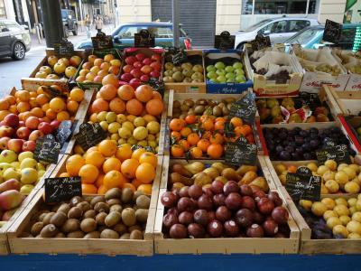 Cannes でも庶民的な朝市が出ます。地元の農産物と衣料品。市民の活気のもとです。