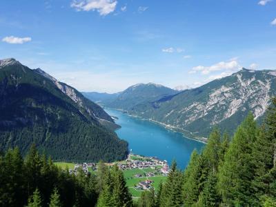 アッヘンゼー鉄道で湖へ向かい、山の上からアッヘン湖を見る