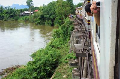 タイ一人旅: 泰緬鉄道と週末市場とジェンガ風ビル