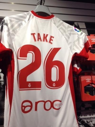 'TAKE' のユニフォームをゲット。パルマ・デ・マヨルカのオフィシャル・ショップで。大人気ですもの。