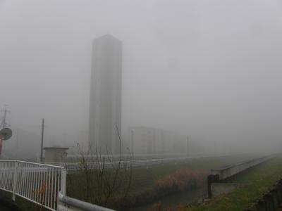 濃霧注意報が出ている早朝ウォーキング・コース沿いの佇まいを楽しみながら歩く