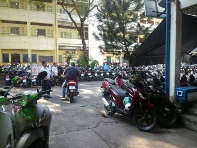 サイゴンの3日間(22)ホテル前の高校を見て、市内観光へ。