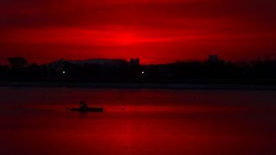 早朝散歩 冬至近くで、日の出が7時台の瑞ヶ池の日の出。