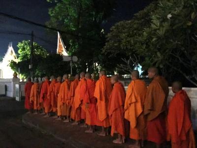 ルアンパバーン2<托鉢体験・朝市・竹橋・寺院>