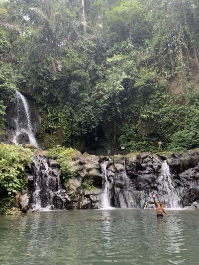 暑いバリ島で、天然プールで水遊び
