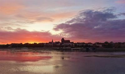 雨多き初夏のポーランド(7) ヴィスワ川に映える中世都市トルンの夕景