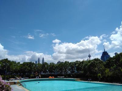 シンガポールからクアラルンプールへ移動方法やラウンジ等(Sunway Putra Hotel のプールサイドより)