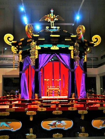 東博-3 ≪ 御帳台 ≫ 皇后が登壇 高御座の右側/小ぶりに ☆鳳凰・麒麟文様に飾られ