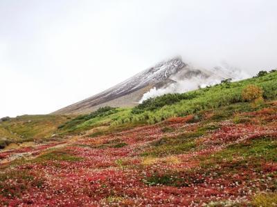 北海道百名山、三座踏破を狙え!④-日本で一番早い紅葉と雪景色の競演