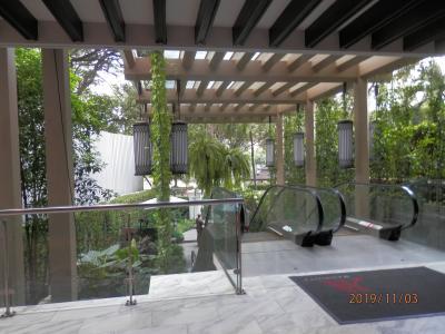 bkk9回3日曜1ベンチャシリ公園ととなりのホテル
