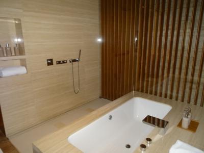 香港 キャセイパシフィック ウイング ファーストクラスラウンジでお風呂